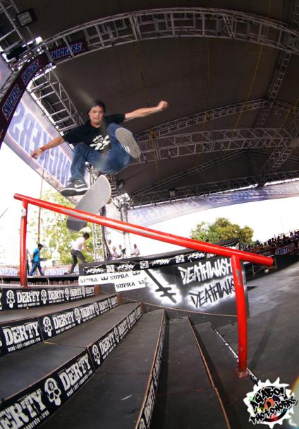 Robert López - Kickflip Frontside Boardslide